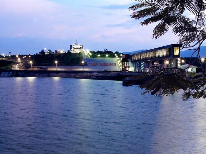 Cảnh đêm trên thủy điện cũng lộng lẫy và nên thơ