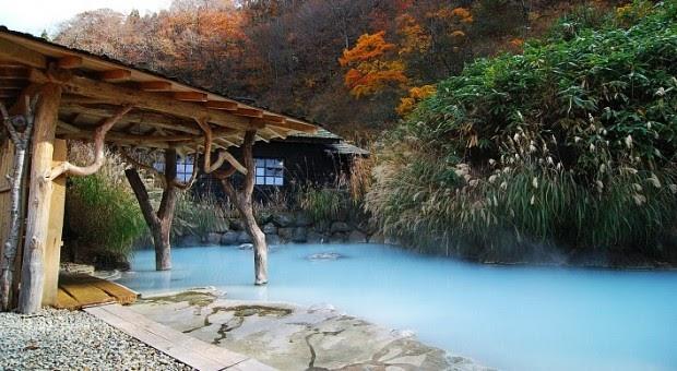 Phong cảnh lãng mạn của một suối nước nóng