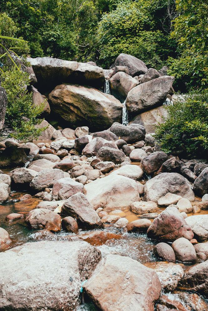"""Đá to, đá nhỏ xếp chồng lên nhau như """"đặc sản"""" riêng của khe Lim"""