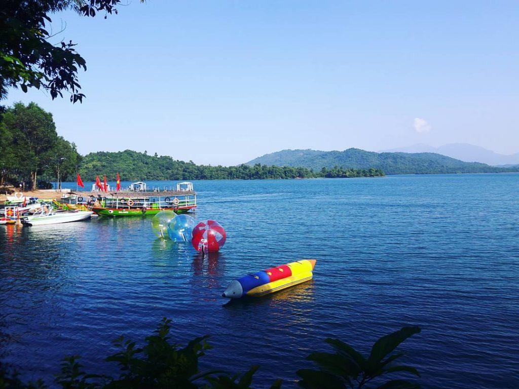 Những cánh rừng bạt ngàn bao quanh hồ