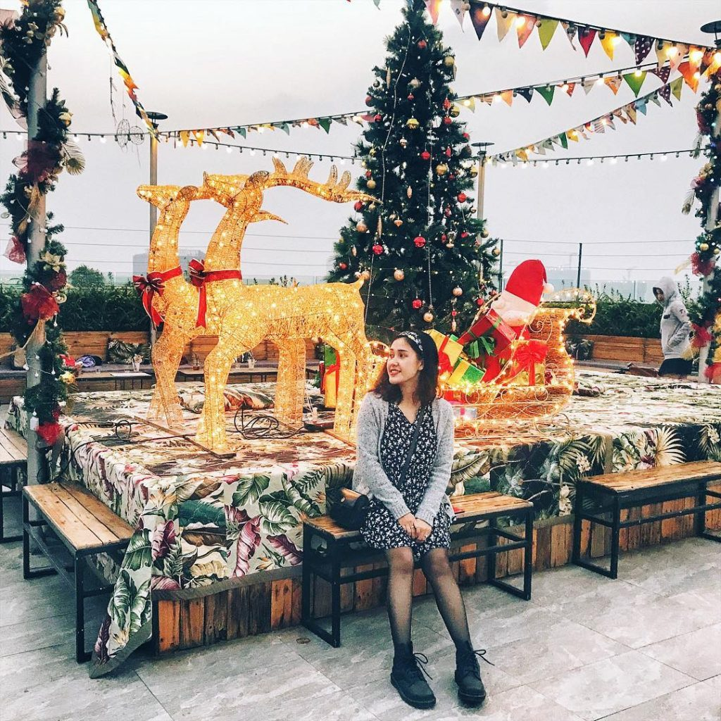 Vào ngày 25 và 25/12 chính là ngày lễ Giáng sinh, chúng ta lại tìm cho mình những chỗ đi chơi Noel ở Hà Nội để có buổi tối thật vui vẻ bên những người thân yêu.