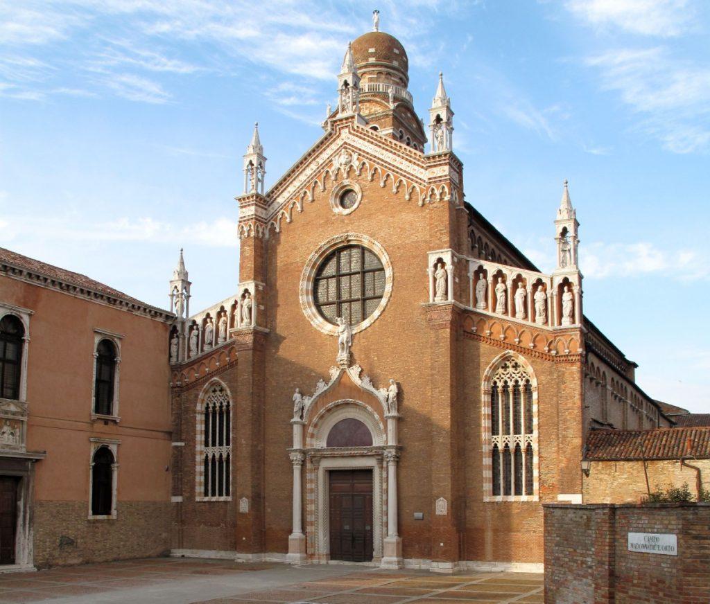 Phía bên ngoài nhà thờ