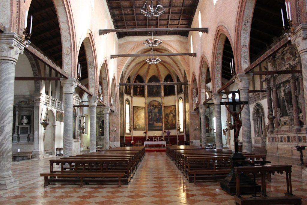 Phía bên trong nhà thờ cũng khá cổ điển