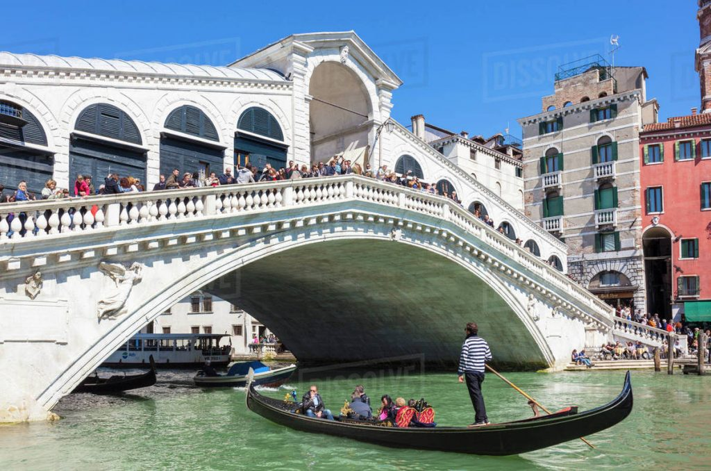 Cầu Rialto luôn luôn tấp nập khách du lịch