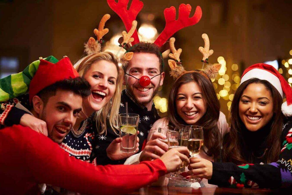 Sau tất cả, hãy cùng nhau nâng ly champagne lên và chúc tụng nhau nào!