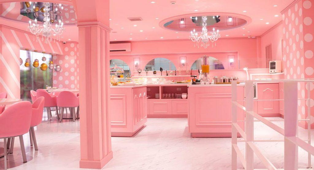 Xung quanh quán chỉ có một màu hồng chủ đạo