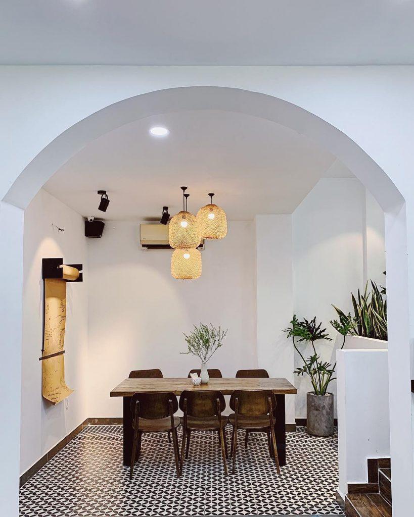 Các tone màu trắng đen hòa cùng nội thất bằng gỗ rất sang trọng