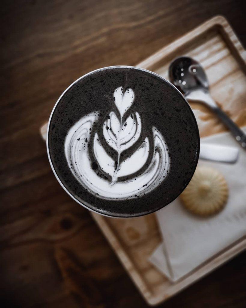 Barista tại đây cũng rất có tay nghề khi vẽ được hình trang trí cốc cà phê hoàn hảo