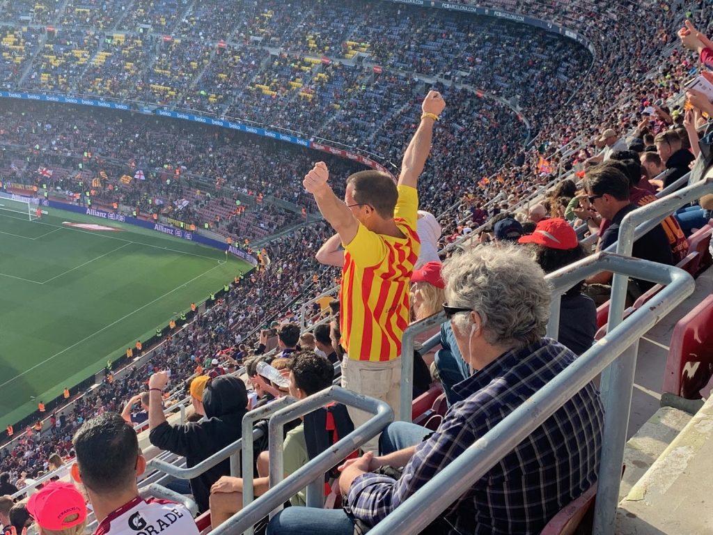 Hình ảnh đẹp mắt người hâm mộ ngồi chật kín sân vận động quả là làm người ta cảm động