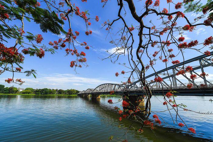 Dòng sông Hương trường tồn trong sự thay đổi của lịch sử