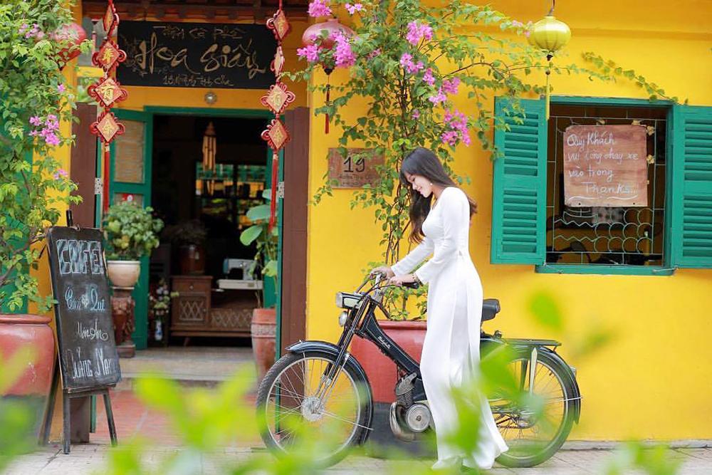 Lạc bước với giàn hoa giấy tại phố cổ