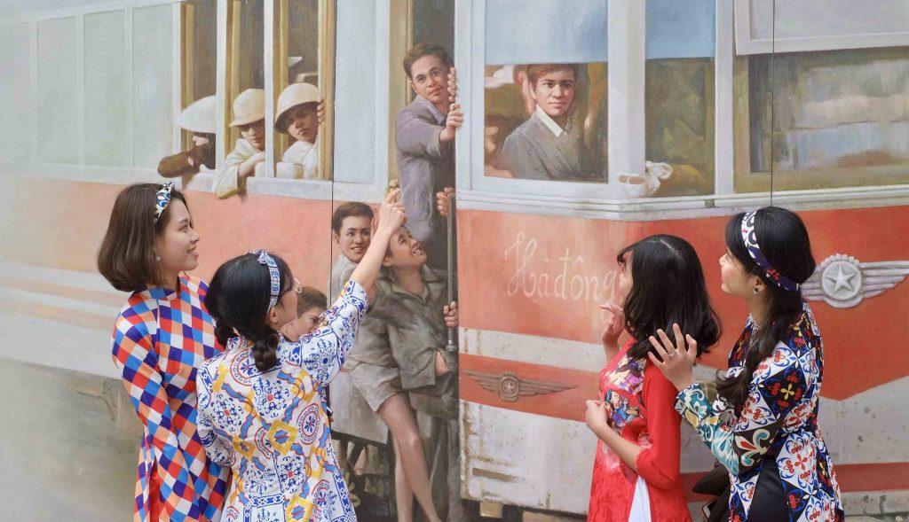 Chụp áo dài tại phố bích họa Phùng Hưng
