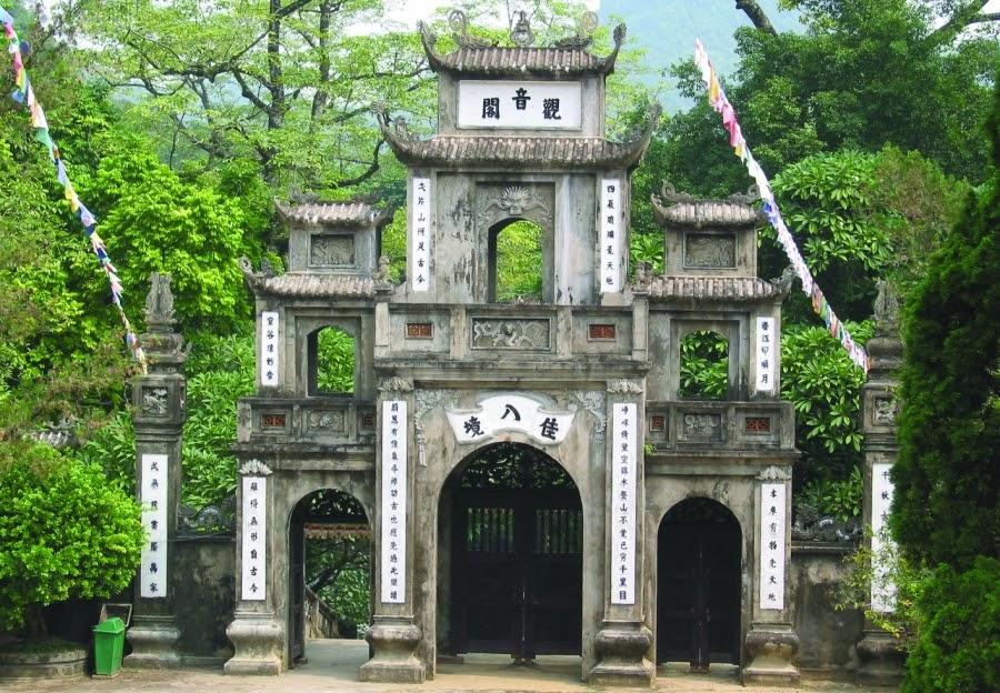 Cổng tam quan quần thể chùa Hương rêu phong cổ kính