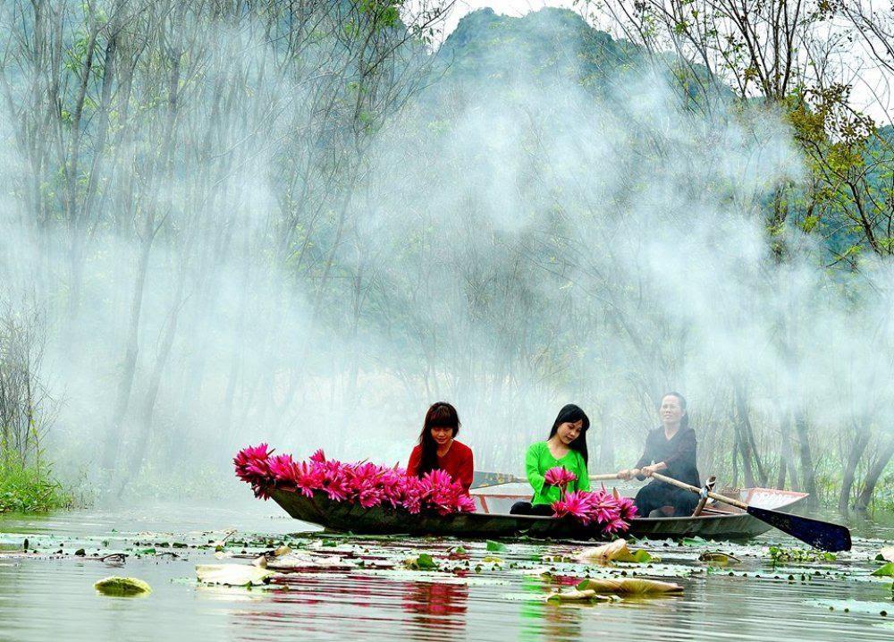 Phong cảnh non nước hữu tình tại chùa Hương buổi sáng sớm mờ sương