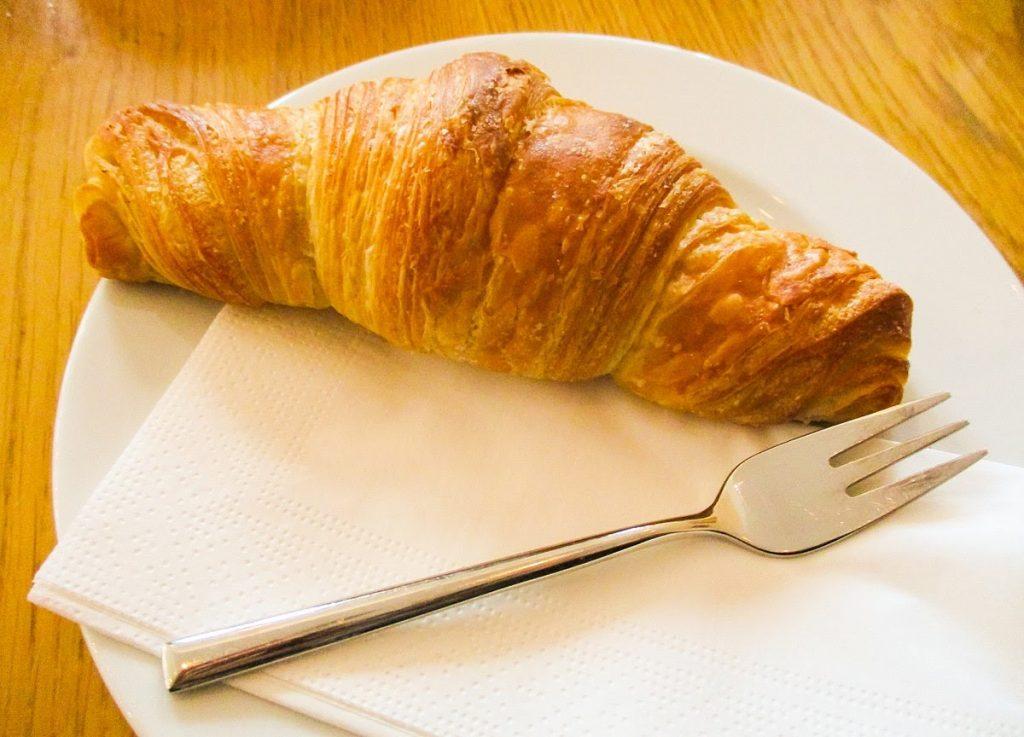 Bánh sừng bò (Croissant) cũng là một cặp với những loại đồ uống kiểu Âu. Bạn có biết?
