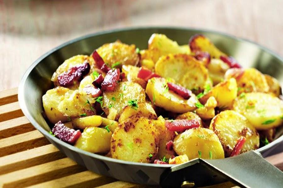Khoai tây được nấu kèm với cả thịt xông khói và gia vị các loại