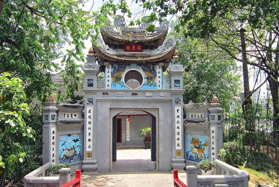 Cổng chính của đền Ngọc Sơn uy nghiêm