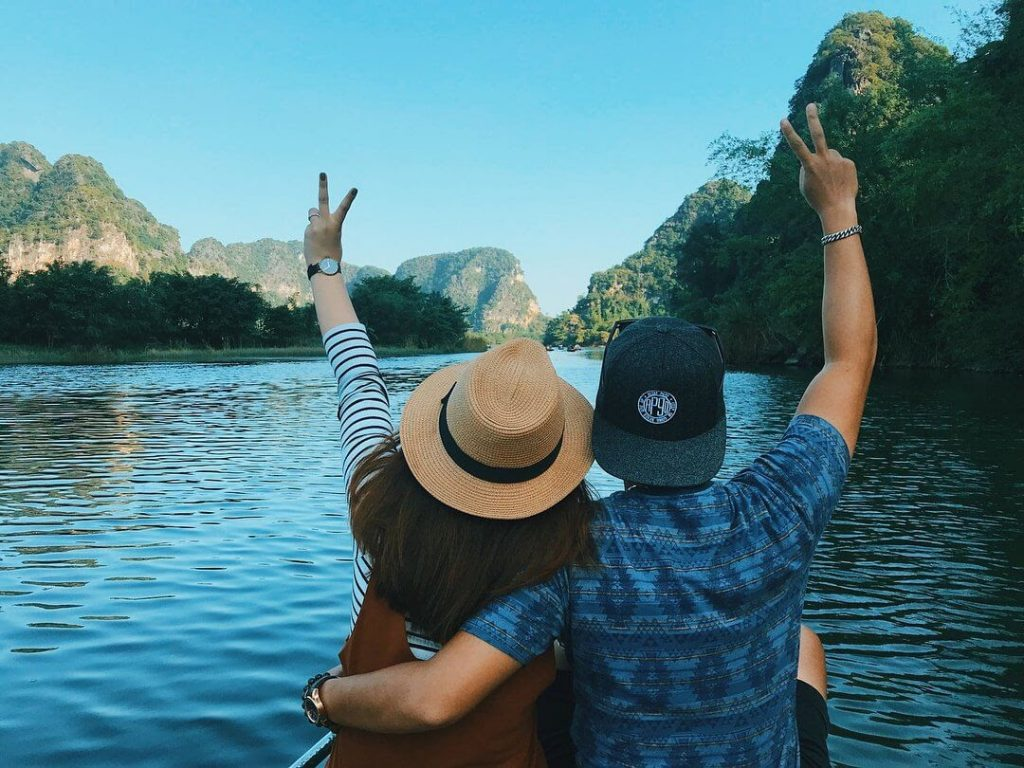 Ngồi trên thuyền ngắm cảnh hai bên ở Tràng An chính là trải nghiệm tuyệt vời mà bạn không nên bỏ qua