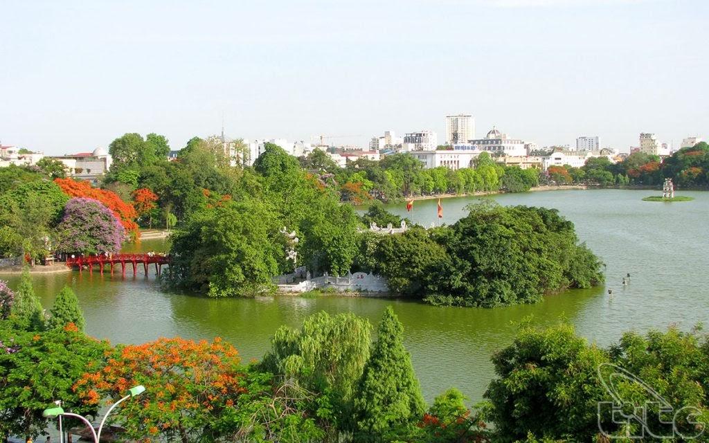Toàn cảnh cầu Thê Húc và đền Ngọc Sơn trên hồ từ xa