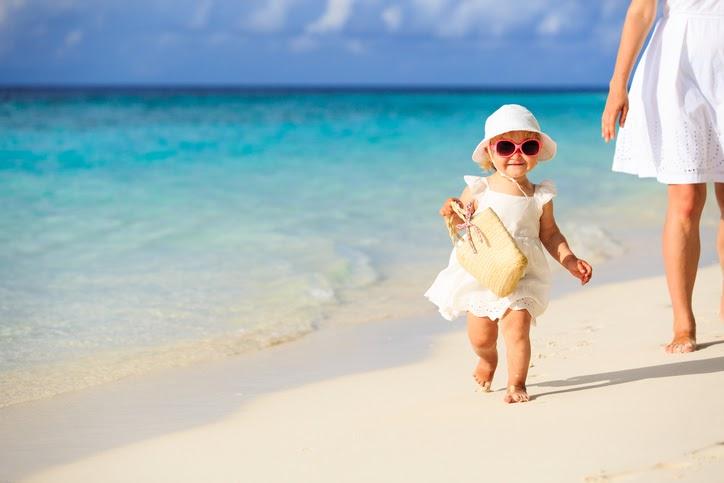 Cả nhà cùng nhau dạo chơi với sóng bên bờ biển sẽ thật đáng nhớ và vui vẻ.