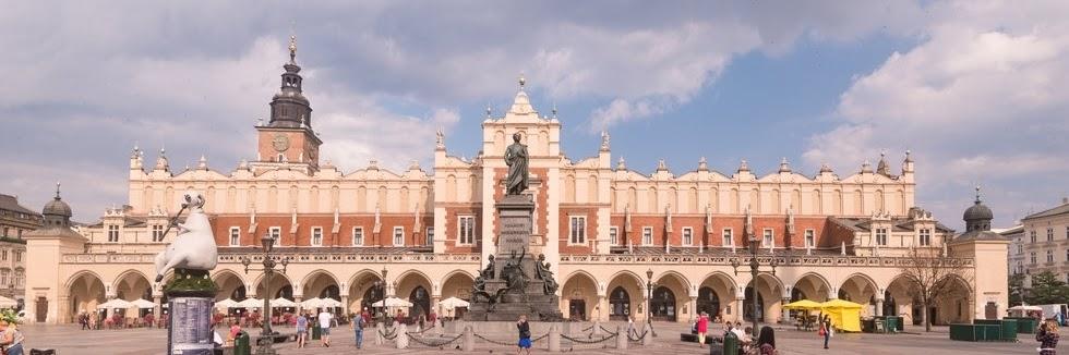 Hội trường Cloth Hall rộng lớn ở quảng trường