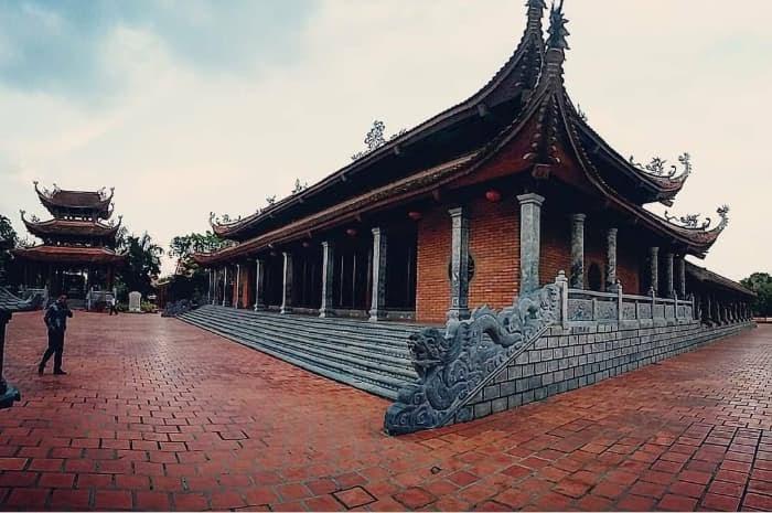 Mái ngói của thiền viện được trang trí bằng những linh vật đậm chất Việt Nam truyền thống.