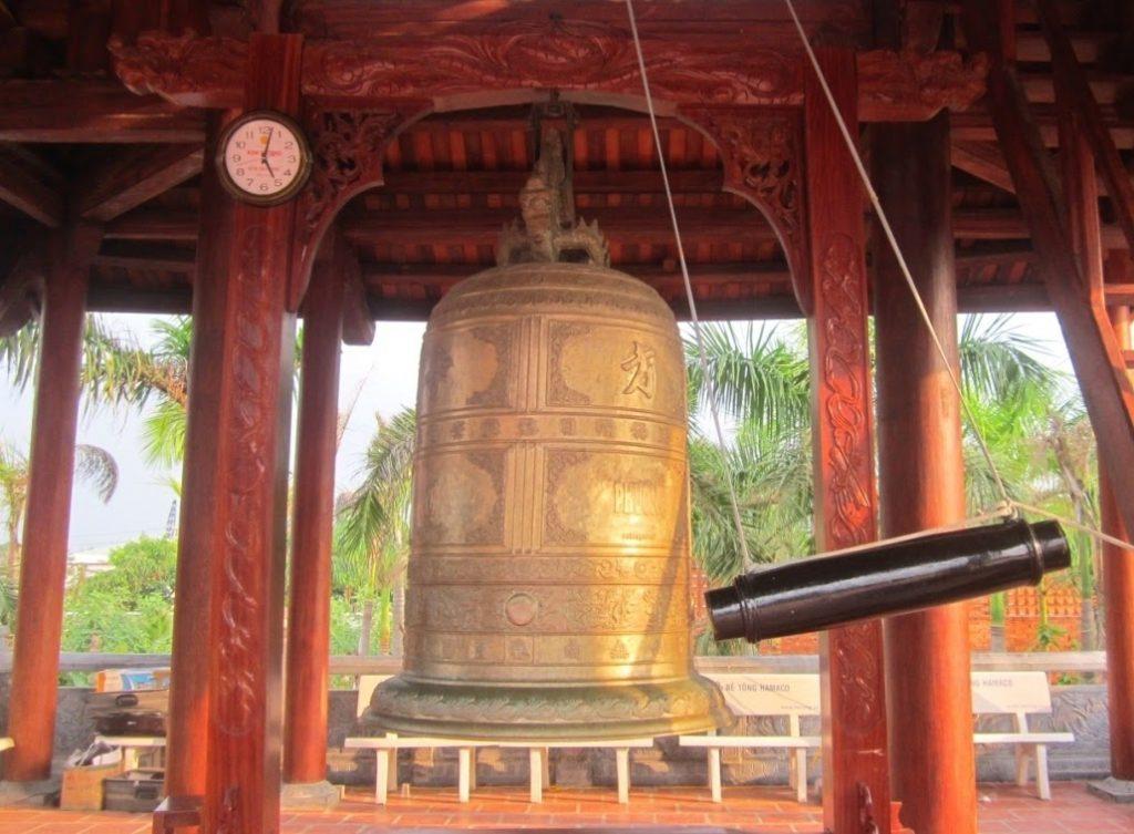 """Thiền viện có công trình Tháp chuông khổng lồ bằng đồng được chạm trổ hoa văn vô cùng tinh xảo, đẹp mắt, bốn mặt có khắc dòng chữ """"Phương Nam Phật tự"""""""