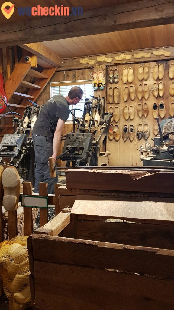 Một góc của xưởng làm giày