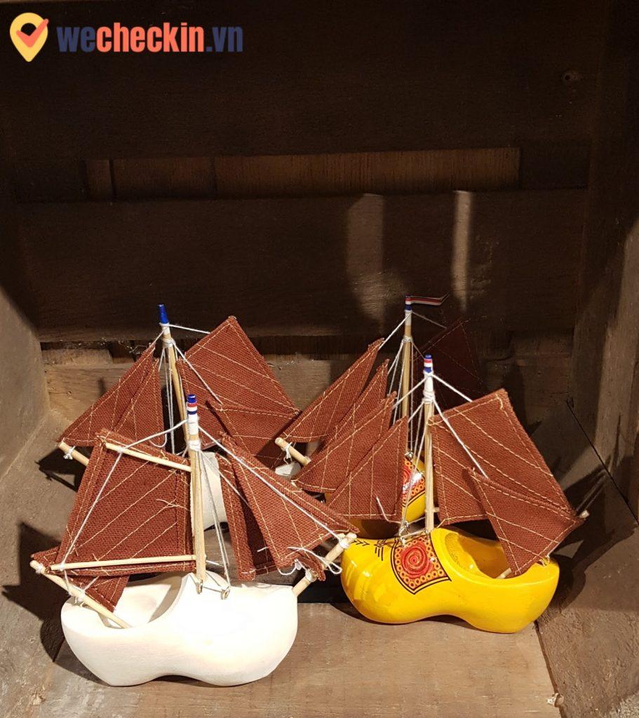 Những chiếc giày được chế tác thành những món đồ lưu niệm nhỏ xinh