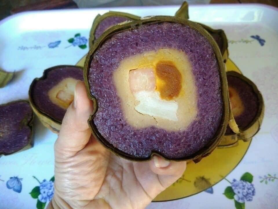 Nhân bánh tét lá cẩm được làm từ: trứng vịt muối, gạo nếp thơm vị cốt dừa, thịt mỡ, đậu xanh
