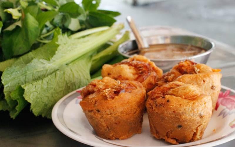 Bánh cống thường được ăn kèm với nước mắm chua cay cùng các loại rau sống như húng quế, xà lách hay diếp cá để tròn vị