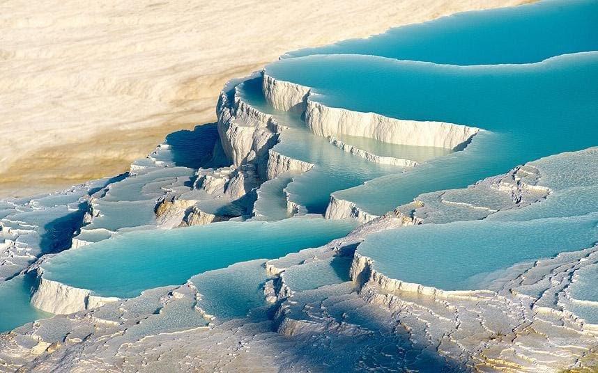 những hồ nước độc đáo nhất thế giới