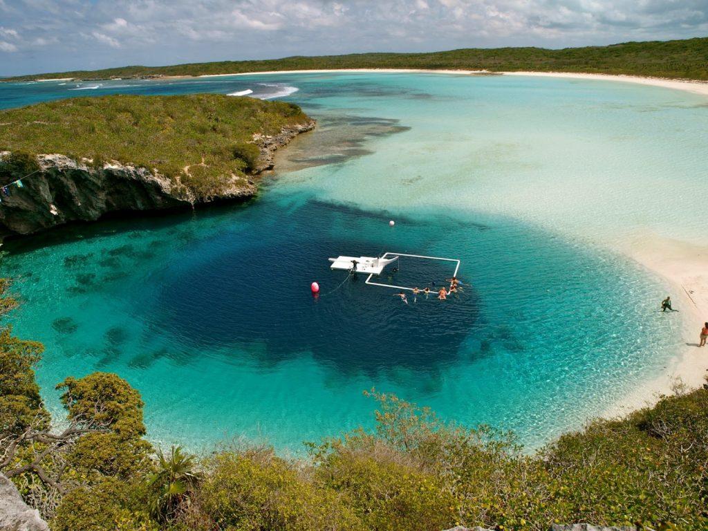 Hồ nước tự nhiên sâu nhất thế giới có màu xanh trong vắt