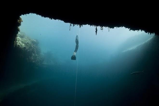 Những cuộc thi lặn được tổ chức thường xuyên tại hồ nước tự nhiên sâu nhất thế giới này
