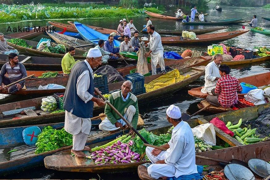 Các hoạt động mua bán hàng hóa tấp nập trên hồ Dal vào sáng sớm. Hồ chính là địa điểm du lịch nổi tiếng ở thành phố Srinagar.