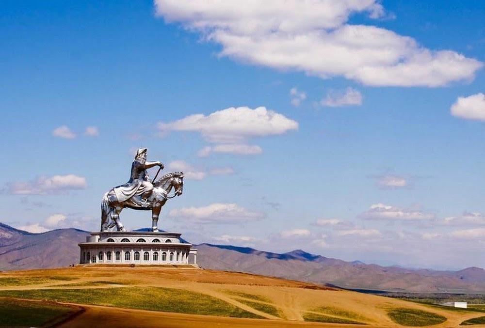 Tượng đài hướng mặt về phía Đông, nơi mà Thành Cát Tư Hãn sinh ra. Đây cũng là bức tượng người cưỡi ngựa cao nhất thế giới
