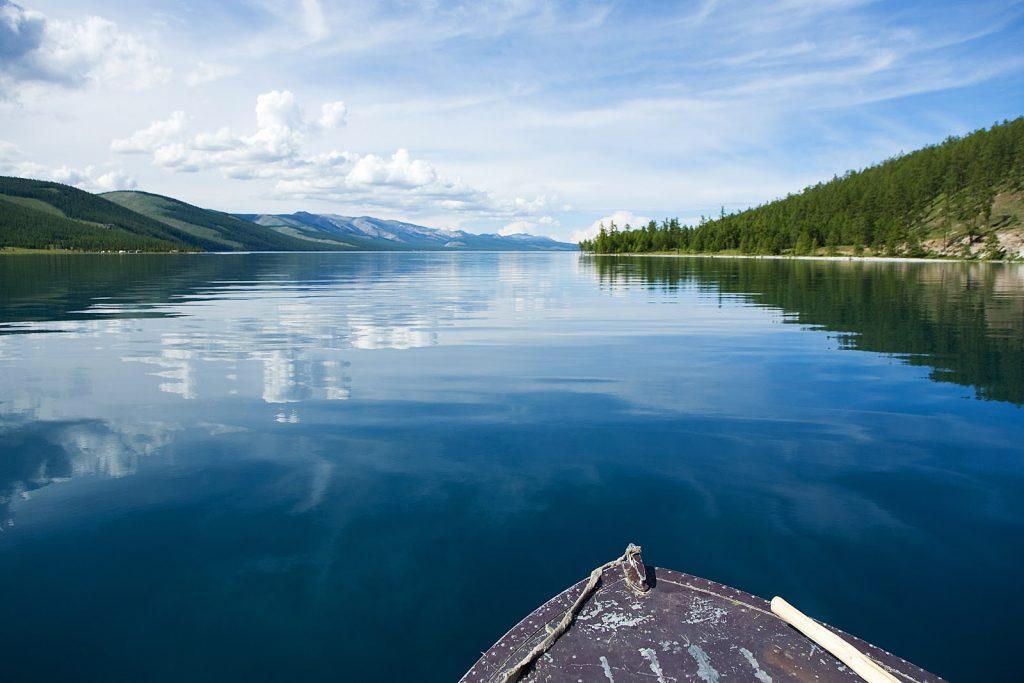 Ngồi trên thuyền lênh đênh trên hồ chính là trải nghiệm du lịch Mông Cổ tuyệt vời