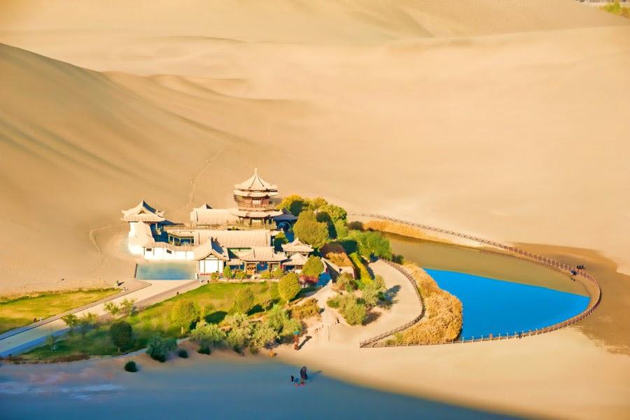 Hồ nước nhỏ như mặt trăng xanh giữa sa mạc. Ốc đảo là nơi trung chuyển con đường tơ lụa, con đường giao thương Đông Tây nổi tiếng xưa kia