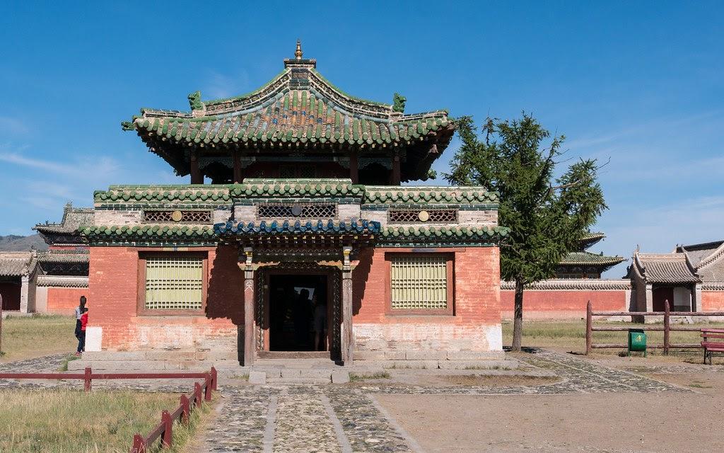 Tu viện Phật giáo Erdene Zuu trong khuôn viên của cố đô Karakorum .
