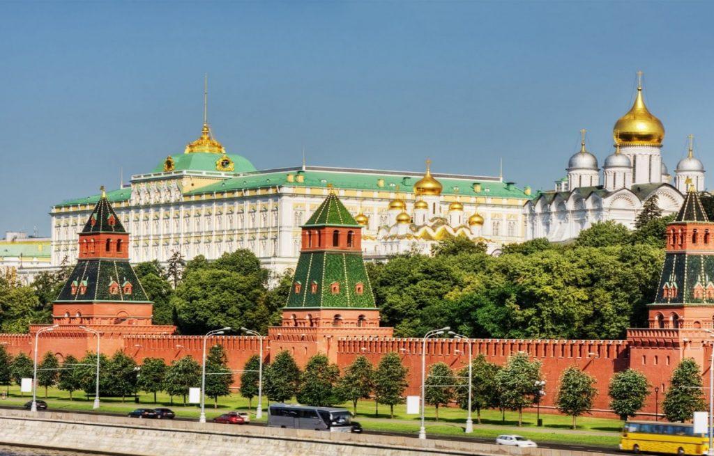 Cung điện Kremlin nước Nga chính là địa điểm du lịch không thể không đến.
