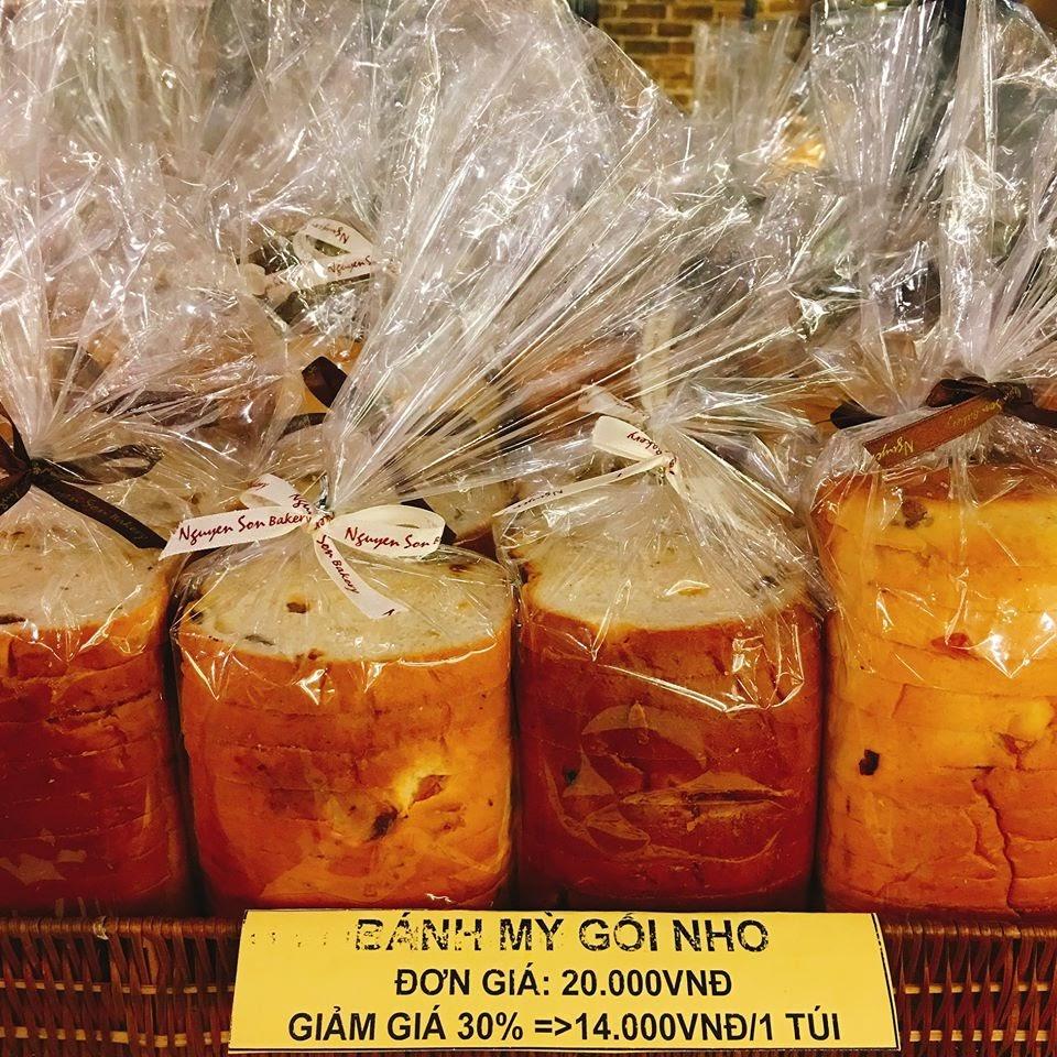 """Bánh mì nóng hôi hổi """"vừa ăn vừa thổi"""" của Nguyễn Sơn bakery"""