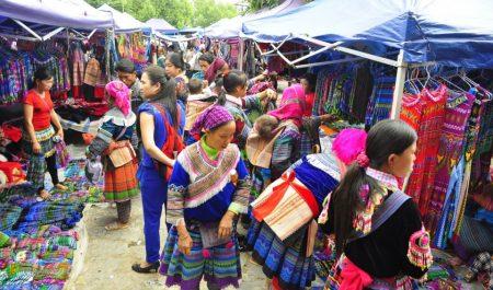 Chợ phiên vùng cao Bắc Hà tập trung nhiều dân tộc khác nhau tới mua bán, trao đổi hàng hóa, tên những màu sắc tươi vui, nhộn nhịp, đa dạng bản sắc dân tộc.
