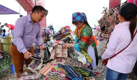 Các gian hàng tại Chợ tình Khau Vai.
