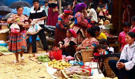 Hình ảnh rực rỡ sắc màu, đông đúc của chợ Cán Cấu