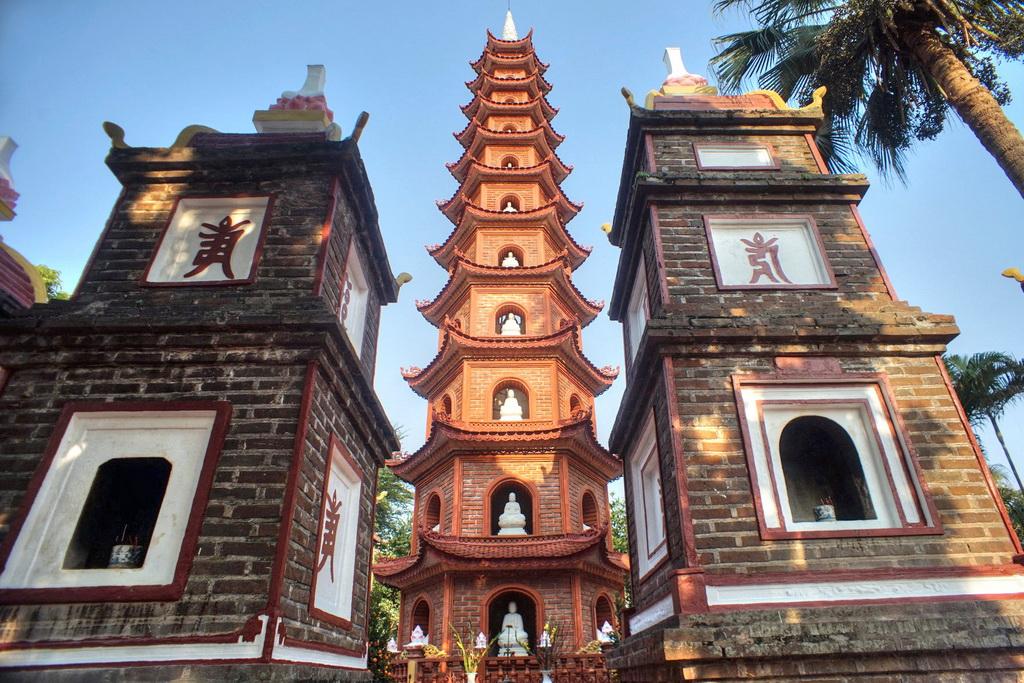 Khuôn viên chùa Trấn Quốc  Hà Nội