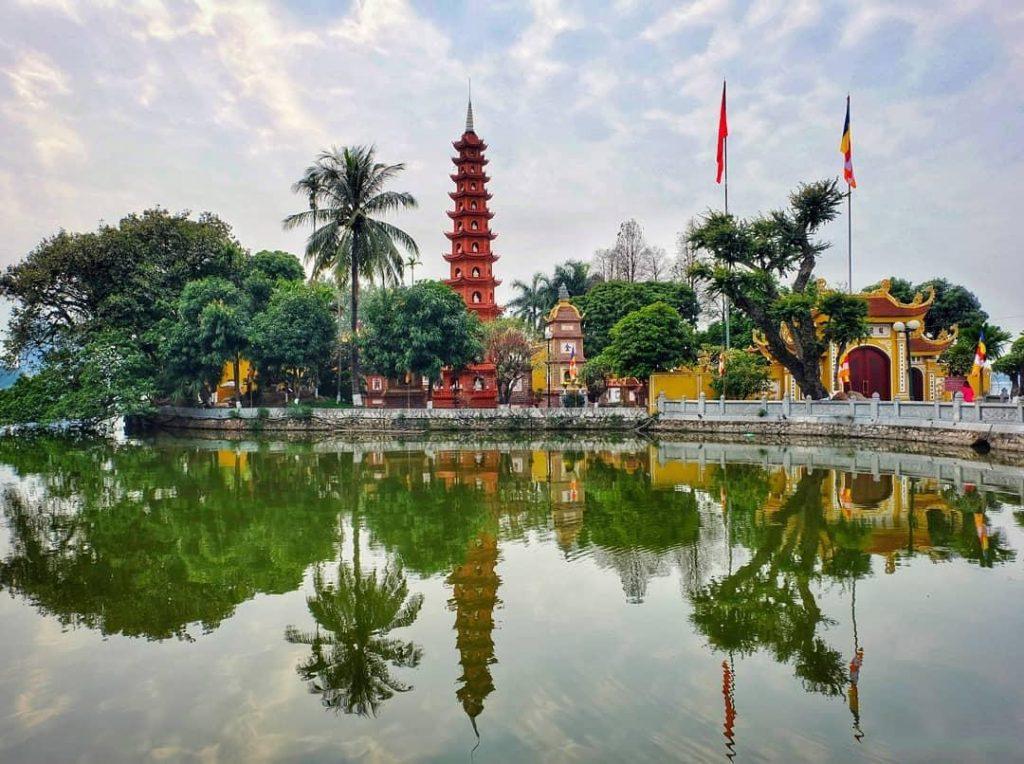 Chùa Trấn Quốc Hà Nội nằm ở phía đông Hồ Tây, trên đường Thanh Niên, phường Yên Phụ, quận Tây Hồ, Hà Nội.