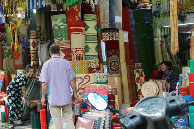 Phố Hàng Chiếu ngày nay vẫn bán đủ các loại chiếu khác nhau được nhập về từ các làng nghề.