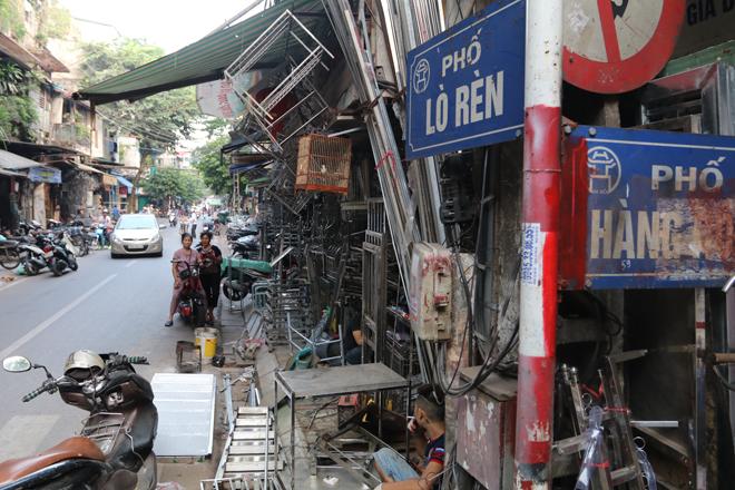 Tại phố Lò Rèn, du khách vẫn có thể bắt gặp những người thợ cặm cụi chế tác vật dụng cho cuộc sống thường ngày. Thỉnh thoảng, lửa vẫn bừng lên những tia sáng gợi nhớ nghề xưa.