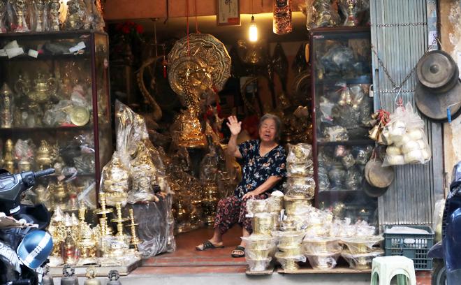 Phố Hàng Đồng ngày nay vẫn còn nhiều cửa hàng kinh doanh việc kinh doanh các vật dụng làm bằng đồng hoặc giả đồng.
