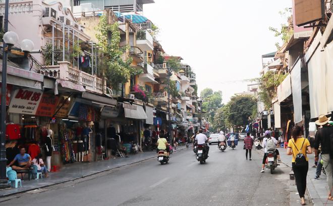 Phố Hàng Đào là nơi buôn bán sầm uất bậc nhất phố cổ, giờ vẫn sầm uất bậc nhất như thế...